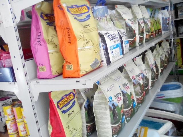 Συσκευασίες μεγάλες με τροφή για σκύλους και γάτες